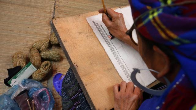 Đây được xem là cách làm trang phục truyền thống độc đáo của người Mông