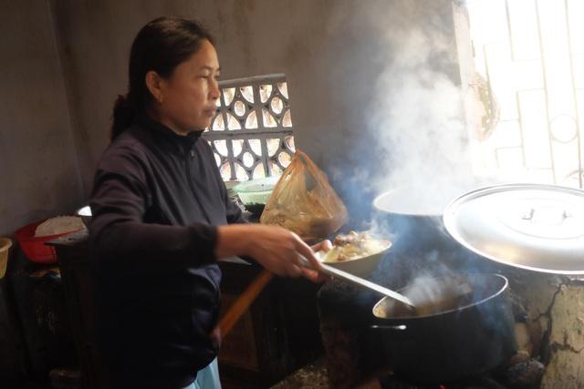 Bà Hương đang chan nước nhưn cho tô mì