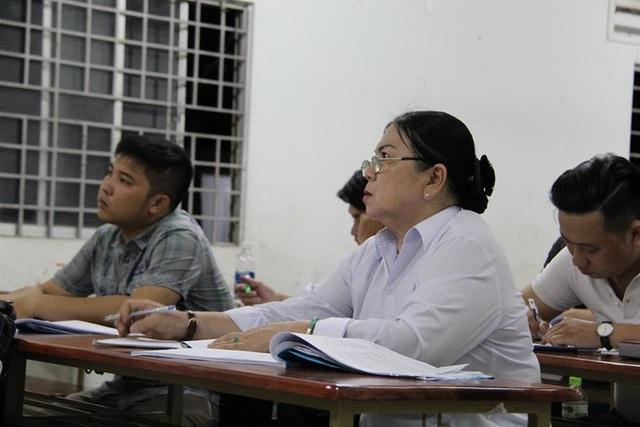 Trong lớp, bà Kiên luôn chăm chú nghe giảng bài.