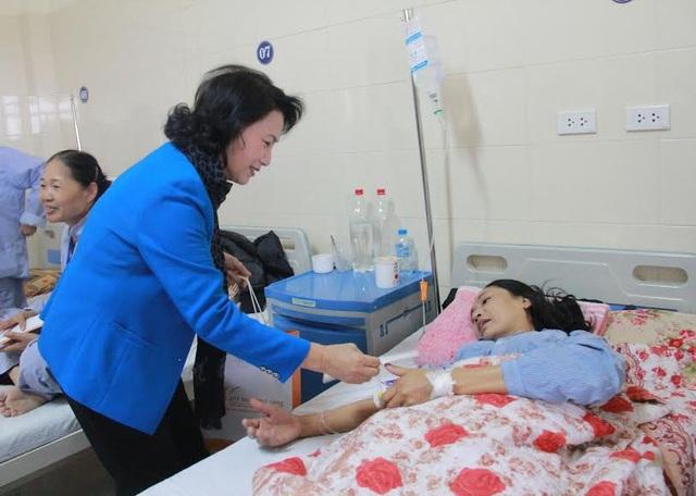 Chủ tịch Quốc hội Nguyễn Thị Kim Ngân ân cần tặng quà bệnh nhân ung thư (Ảnh: V.H)