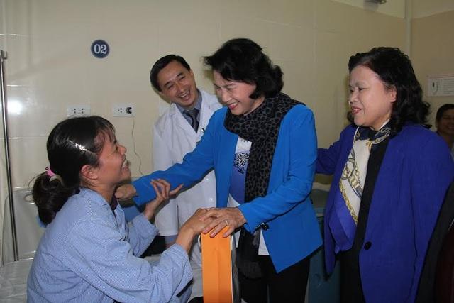 Chủ tịch Quốc hội tặng quà Tết cho hơn 100 bệnh nhân ung thư - 1