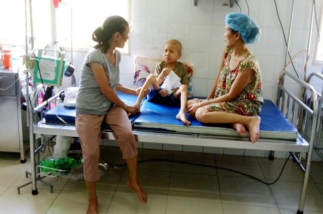 Bà Nguyễn Thị Cúc (trái), cháu Nguyễn Đức Khải (giữa) và con gái Ngô Thị Ngọc Diễm (phải). Chị Diễm và cháu Khải bị ung thư
