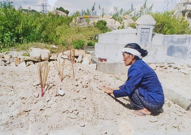 Mộ đắp đất, do bà Cúc không đủ tiền xây xi măng cho cháu Khải