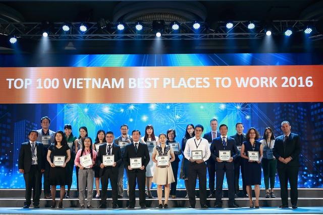 Bà Nguyễn Thị Ngọc Minh (váy xanh) – Giám đốc Khối Nguồn Nhân Lực PNJ, đại diện công ty nhận chứng nhận tại buổi lễ công bố.