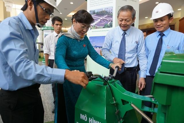 Chủ tịch HĐND TPHCM Nguyễn Thị Quyết Tâm và Phó Chủ tịch UBND TPHCM Lê Văn Khoa (thứ hai bên phải) tham quan mô hình thiết bị hỗ trợ di chuyển thùng rác