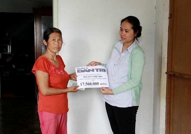 Đại diện chính quyền UBND xã Cư Êbur thay mặt báo Dân trí gửi món quà nhân ái với số tiền 17.560.000 đồng đến gia đình cô Nha