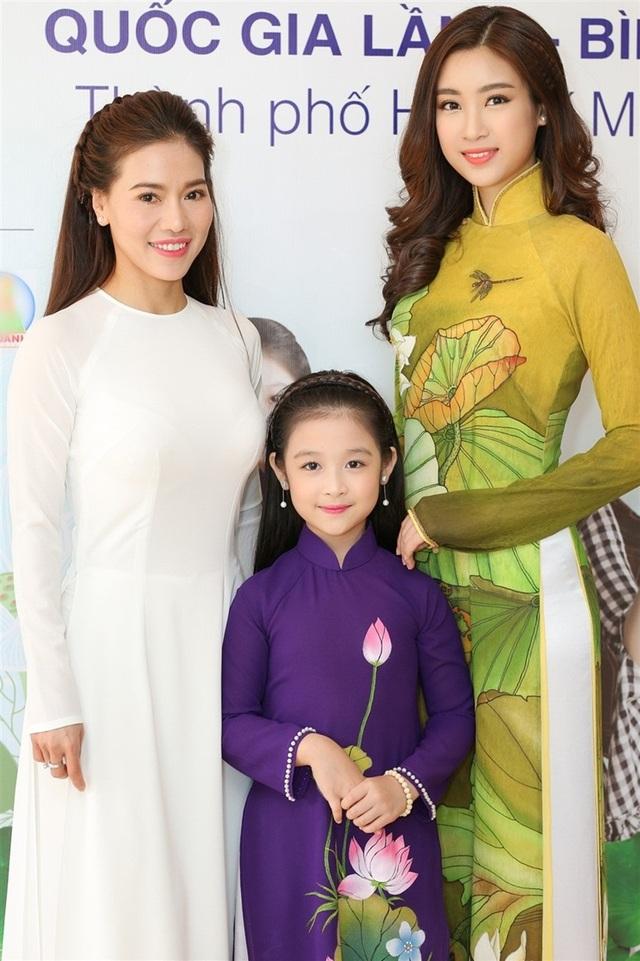 Hoa hậu Đỗ Mỹ Linh, bé Bảo Ngọc cùng bà Phạm Kim Dung - phụ trách truyền thông của chương trình.