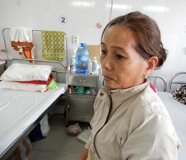 Nỗi buồn trong đôi mắt người mẹ nghèo chưa thể vơi khi con chưa khỏi bệnh