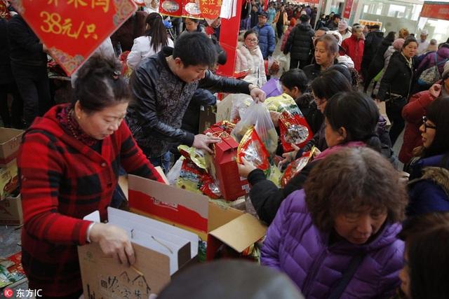 Tết cổ truyền là một trong những sự kiện quan trong nhất trong một năm đối với người Trung. Trong ảnh: người dân Bắc Kinh nô nức mua sắm hàng hóa để chuẩn bị cho Tết Đinh Dậu (Ảnh: China Daily)