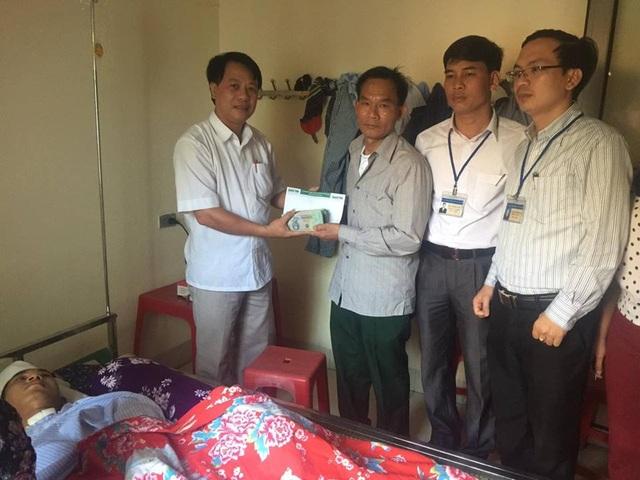 Chính quyền địa phương trao quà bạn đọc ủng hộ đến gia đình Thái