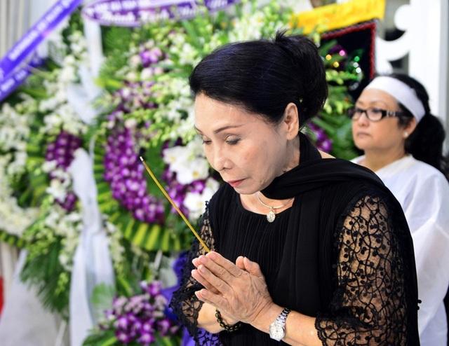 Nghệ sĩ Bạch Tuyết không giấu được nỗi buồn khi đến viếng nghệ sĩ Thanh Sang.