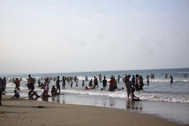 Rất đông du khách về nghỉ mát tại các bãi biển dịp lễ