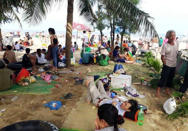 Nhiều du khách thay vì xuống tắm, lựa chọn giải pháp nằm nghỉ trên bãi biển. (Ảnh: Duy Tuyên)