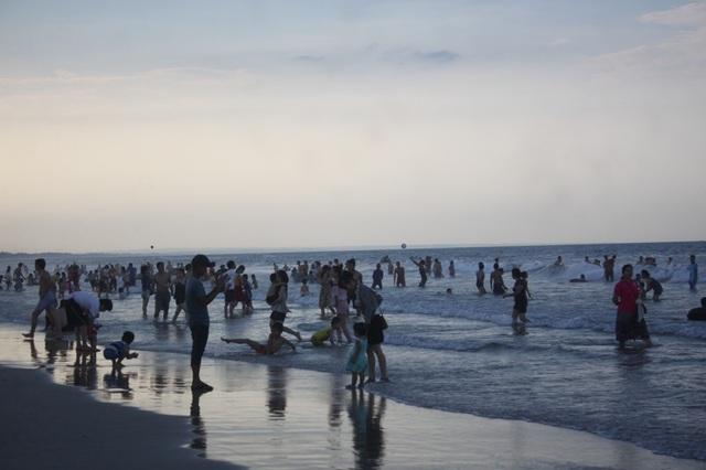 Đến gần tối, lượng khách tắm biển tại Cửa Việt vẫn nhộn nhịp
