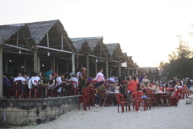 Người dân thưởng thức ẩm thực tại các nhà hàng ven biển