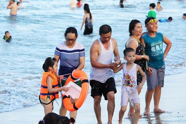 Bãi biển Nha Trang đông nghịt du khách trong dịp lễ 30/4 - 2