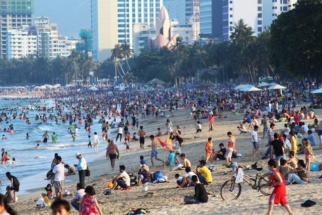 Bãi biển đẹp, cát trắng đã thu hút đông khách du lịch dịp lễ