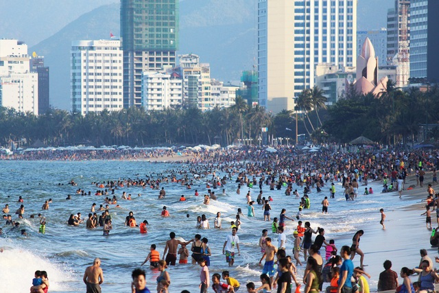 Bãi biển Nha Trang đông nghịt du khách trong dịp lễ 30/4 - 6