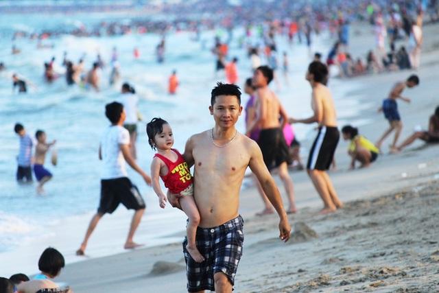 Bãi biển Nha Trang đông nghịt du khách trong dịp lễ 30/4 - 4