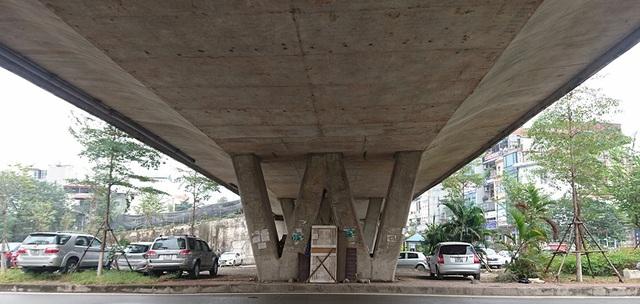 Việc trông giữ xe ô tô dưới gầm cầu vượt trên phố Văn Cao vẫn diễn ra bình thường trong những ngày gần đây, dù quy định cấm các tổ chức, cá nhân chiếm dụng gầm cầu làm nơi ở, bãi đỗ xe và các dịch vụ kinh doanh khác theo Thông tư số 35 của Bộ Giao thông vận tải đã có hiệu lực từ ngày 1-12-2017.