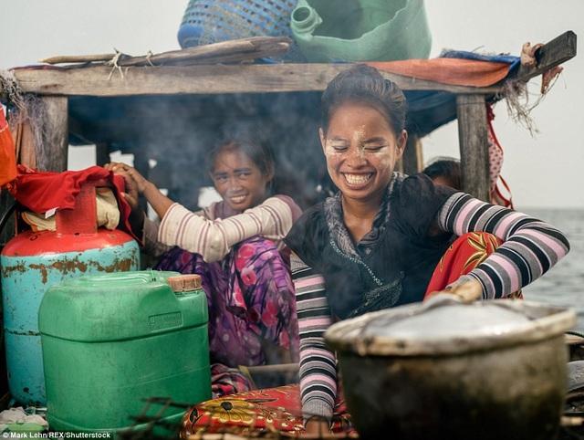 Những cô gái đang nấu ăn trên thuyền