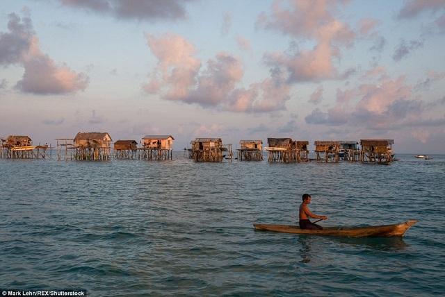 Cuộc sống của họ gắn với chiếc thuyền gỗ có tên lepa lepa
