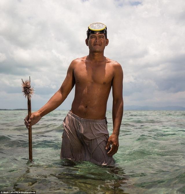Họ săn bắt cá bằng dụng cụ thô sơ tự chế