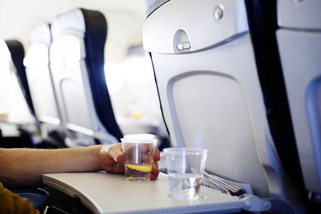 Những thứ siêu bẩn trên máy bay ít người ngờ nhất - 1