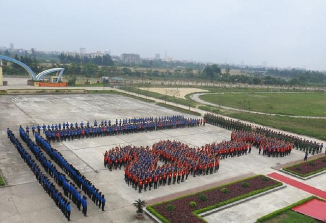 Gần 1.500 đoàn viên, thanh niên của Trường Đại học Quảng Bình và các đơn vị đóng trên địa bàn thành phố Đồng Hới đã có màn đồng diễn xếp hình bản đồ Tổ quốc Việt Nam, xếp hình khối chào mừng ngày 26/3.