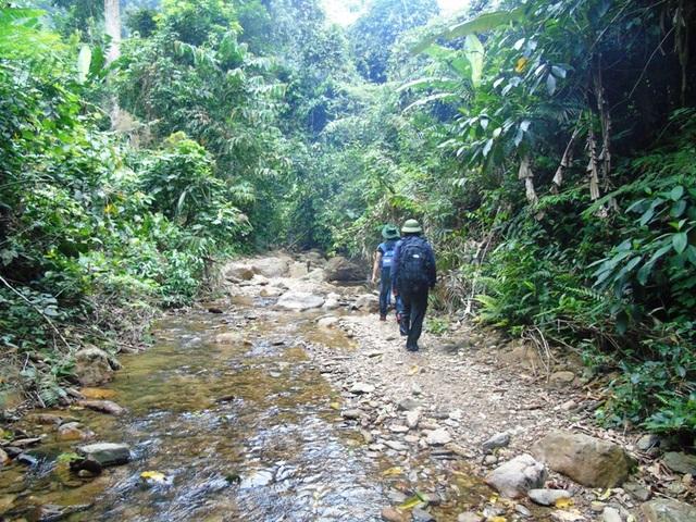 Để đến được với bản Đoòng, chúng tôi phải cuốc bộ gần 3 giờ đồng hồ men theo lối mòn nhỏ giữa đại ngàn Trường Sơn, băng qua những dòng suối, những con dốc cao dựng đứng.