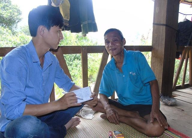 """Trưởng bản Nguyễn Sỹ Trắc, người dân bản vẫn thường gọi là """"bố Tòa"""" giới thiệu về gốc tích bản làng của mình."""