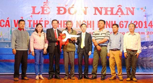 Ông Phạm Trương - Bí thư Huyện ủy Hoài Nhơn trao chìa khóa tàu vỏ thép cho 8 ngư dân đóng mới tàu cá vỏ thép đợt này.