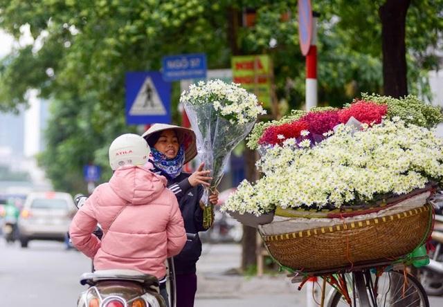 Cũng vì mua hoa ngắn nên người bán tranh thủ, người mua cũng gấp gáp để được thưởng thức trọn vẹn vẻ đẹp bình dị của loài hoa này.