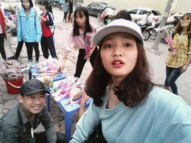 Nhóm bạn trẻ đã bán được 200 bông hoa trong ngày 19/10 (Ảnh: NVCC)