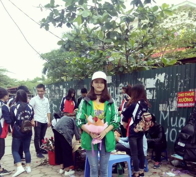 """Sự thật về tiệm hoa sinh viên """"10.000 một bông, tặng kèm cái ôm"""" đang xôn xao - 4"""
