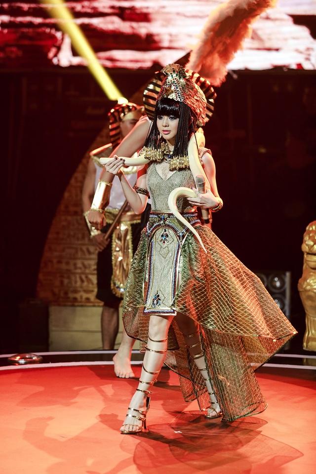 Liz Kim Cương gây ấn tượng khi mang cả trăn lên sân khấu trong tiết mục biểu diễn của mình với tạo hình của nữ hoàng Cleopatra.