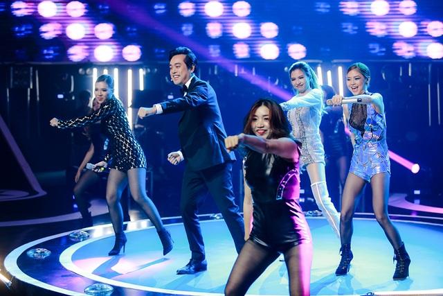"""Nhạc sĩ Dương Khắc Linh gây bất ngờ khi lần đầu tiên anh xuất hiện trên sân khấu trong tiết mục vũ đạo cùng top 3 với ca khúc """"Là con gái phải xinh""""."""