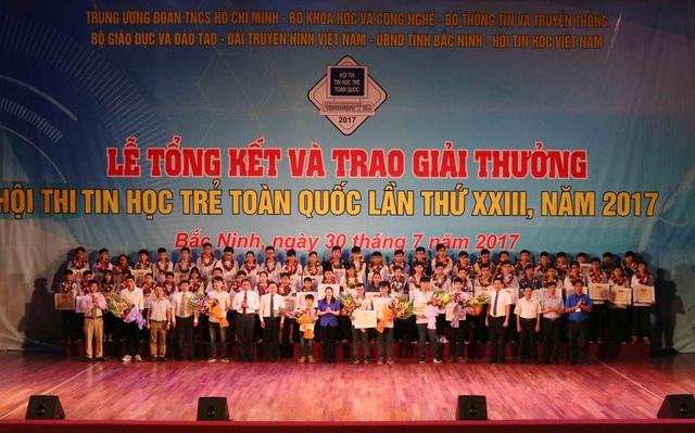 Ban tổ chức trao giải cho các cá nhân và đơn vị tham gia hội thi