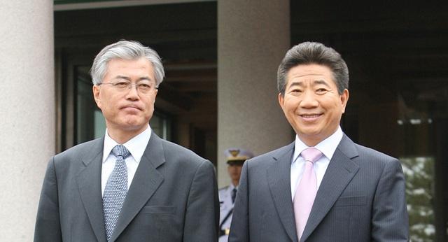 Ông Moon ban đầu tỏ ra không hứng thú với chính trị dù được người bạn Roh Moo-hyun thuyết phục tham gia chính trường. Tuy nhiên khi ông Roh đắc cử tổng thống Hàn Quốc năm 2002, ông đã đồng ý làm thư ký cấp cao phụ trách các vấn đề dân sự trong chính quyền của ông Roh. Trong ảnh: Ông Moon chụp ảnh cùng cố Tổng thống Roh (Ảnh: Korea Times)
