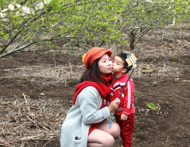 Các bạn trẻ tranh thủ chụp ảnh tự sướng tại thung lũng mận đẹp nhất Mộc Châu
