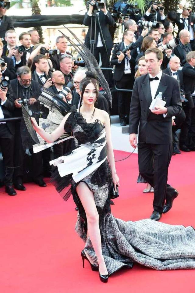 Lan Yan khoe chân trắng muốt trên thảm đỏ.