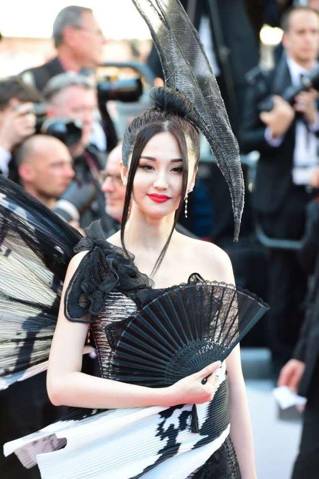 Trong số những ngôi sao Trung Quốc góp mặt trong đêm khai mạc LHP quốc tế Cannes 2017, bộ trang phục của cô đào Lan Yan được xem là gợi cảm nhất.