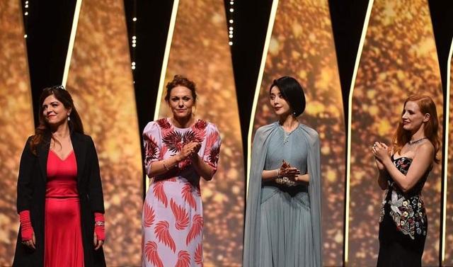 Nữ diễn viên Trung Quốc cùng các giám khảo nữ của LHP năm nay cùng cúi chào người hâm mộ, các nghệ sĩ trong đêm khai mạc.