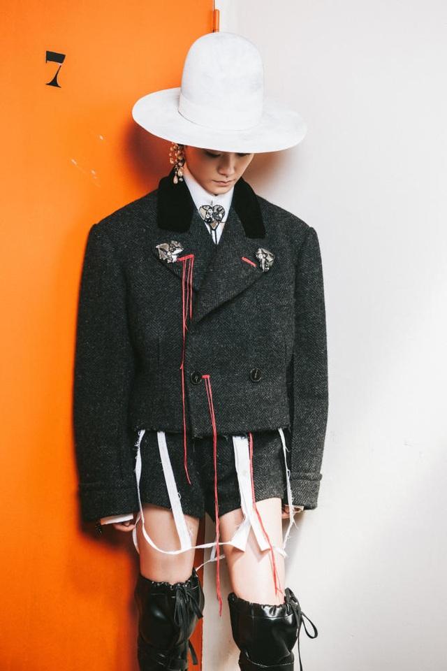 Giọng ca nổi tiếng Trung Quốc - Lý Vũ Xuân tới dự với phong cách thời trang độc nhất vô nhị.