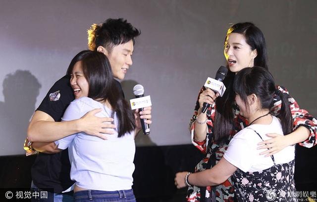 Fan hạnh phúc khi được giao lưu với cặp sao nổi tiếng trong buổi họp báo. Họ dành những lời chúc phúc đẹp nhất cho Băng Băng và Lý Thần.