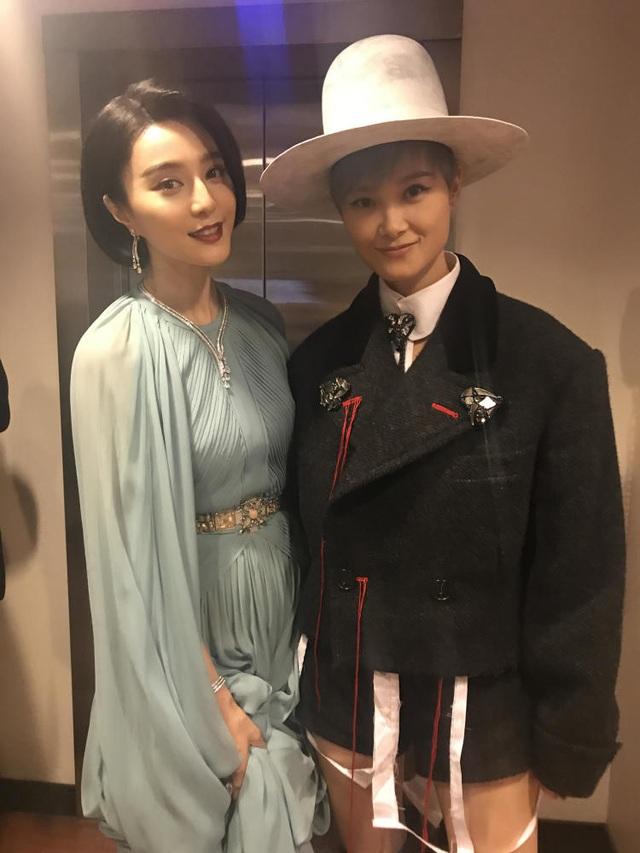 Lý Vũ Xuân và Phạm Băng Băng cùng chụp hình ở hậu trường sự kiện.