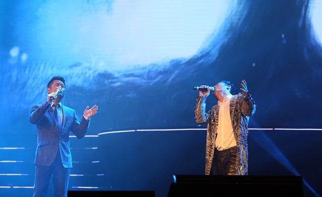 """Khi Tùng Dương tiếp theo dòng tự sự của mình với những nốt ngân rung cảm """"Mẹ tôi"""" thì ca sĩ Bằng Kiều bất ngờ cất giọng hát và xuất hiện trên sân khấu mùa đông cùng hòa giọng với Tùng Dương. Khép lại tiết mục song ca, Bằng Kiều hài hước trả lời câu hỏi của MC Lê Anh cho rằng, ca sĩ Tùng Dương """"ghen tị"""" với anh vì không được giao vai chàng trai mùa xuân. Anh cho biết: """"Tôi không biết Dương nó ghen với tôi về điều gì. Nó làm gì có cửa hát về mùa xuân, nó toàn hát thân phận chứ đâu có gì trẻ trung như tôi""""."""