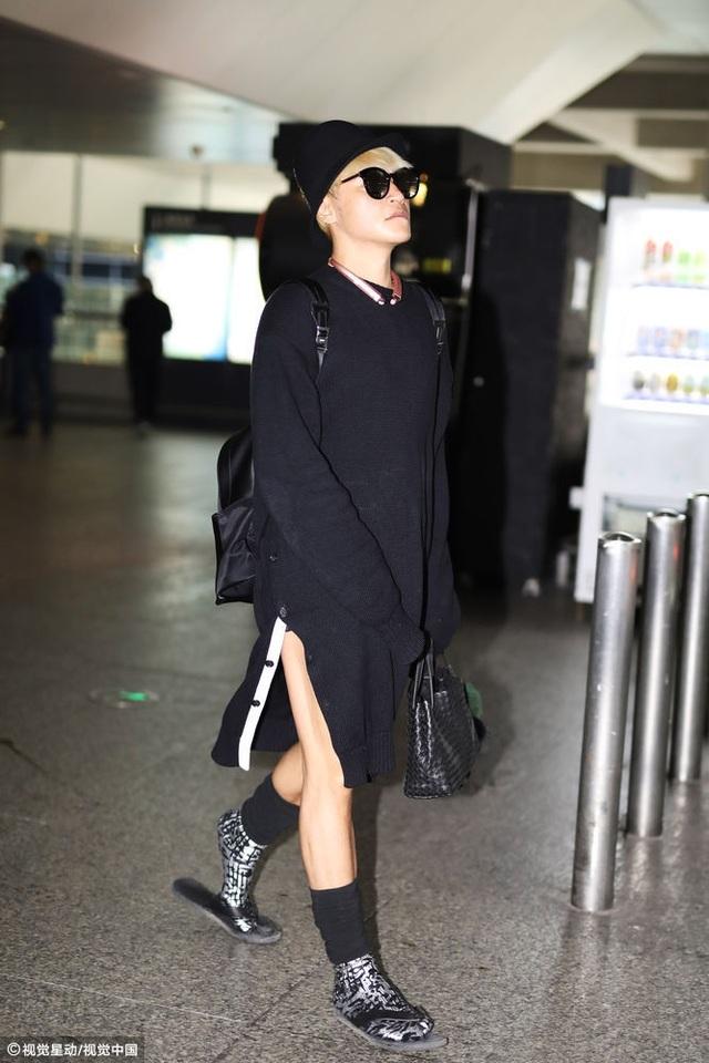 Ngày 26/10, Chí Bằng xuất hiện tại Thượng Hải với bộ trang phục ấn tượng và rất cá tính. Anh diện áo len dài xẻ tà giấu quần, tất cảo cổ, đi đép lê và xách túi khá nữ tính.