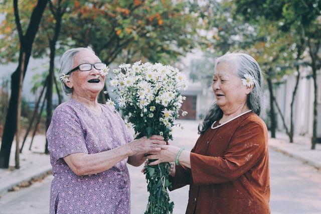 Ở đôi bạn già lại toát lên vẻ đẹp của sự yêu đời, tình bạn thân thiết.