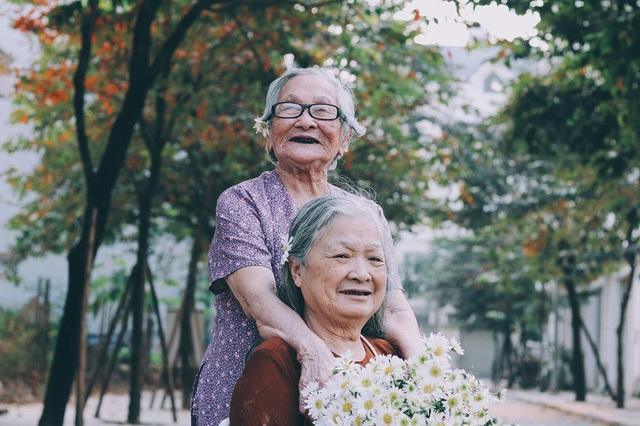 Bộ ảnh đôi bạn già 80 tuổi bên cúc họa mi gây xúc động dân mạng - 4